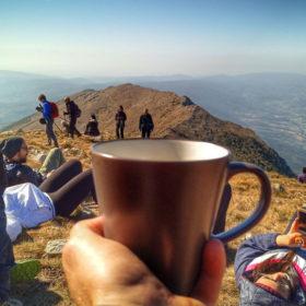 Rtanj pogled na zapadni greben dok piješ kafu sa prijateljima