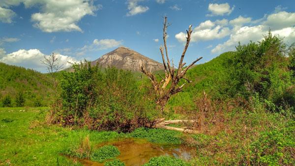 izvor Vrelce i pogled na zapadni greben planine Rtanj