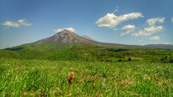 pogled na dva grebena planine Rtanj